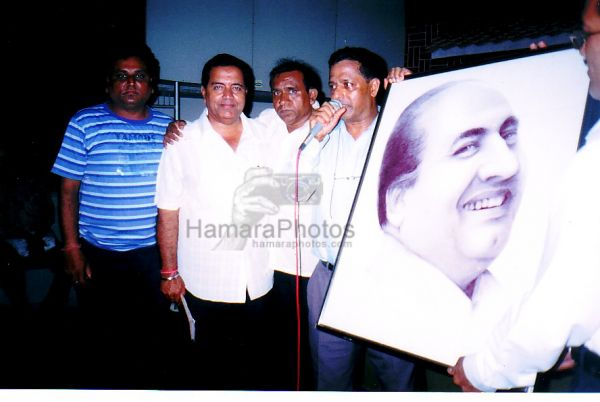 Mr.Shirish Kulkarni presenting the Mohd Rafi framed Picture sketched by Sonali to Rafi Foundation members. Binu Nair, Kakaji Naushad, Salim and Parmar - at Naushad Hall