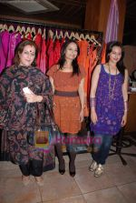 Poonam Sinha, Sonakshi Sinha at Pallavi Jaipur_s showcase in Rio Lounge on 24th March 2009 (2)~0.JPG