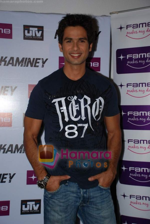 http://www.hamaraphotos.com/albums300/wpw-20090819/normal_Shahid%20Kapoor%20at%20Kaminey%20promotional%20event%20in%20Fame%20on%2018th%20Aug%202009%20(31).JPG