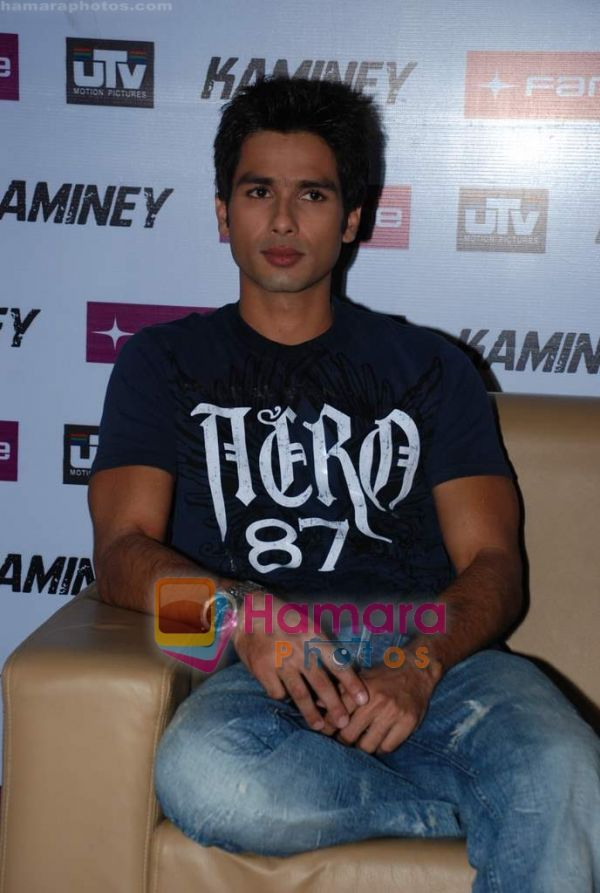 http://www.hamaraphotos.com/albums300/wpw-20090819/normal_Shahid%20Kapoor%20at%20Kaminey%20promotional%20event%20in%20Fame%20on%2018th%20Aug%202009%20(9).JPG