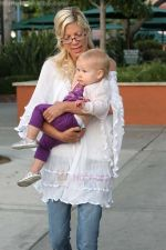 Tori Spelling eating lunch after taking their children to Cross Creek Park Malibu, California - 19.08.09 - IANS-WENN (5).jpg