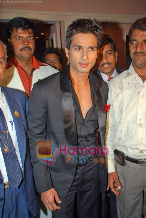 http://www.hamaraphotos.com/albums300/wpw-20090918/normal_Shahid%20Kapoor%20at%20Giant%20Awards%20in%20Trident%20on%2017th%20Sep%202009%20(3).JPG