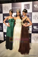 Vasuki Sunkavalli, Parul Duggal at I AM She 2011 winner walks the ramp for Golecha Jewels at IIJW 2011 in Grand Hyatt, Mumbai on 1st Aug 2011 (19).JPG