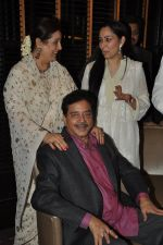 Poonam Sinha, Manyata Dutt, Shatrughan Sinha at Shatrughan Sinha_s dinner for doctors of Ambani hospital who helped him recover on 16th Dec 2012(191).JPG