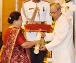 Kokilaben Ambani recieving Padam Shri award from President Pranab Mukherjee on 28th March 2016 (11)_56fa7334d0ba9.jpg
