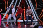 Varun Dhawan, Manish Paul, Vishal Dadlani on the sets of Indian Idol in Yashraj Studio, Andheri on 4th Sept 2018 (35)_5b8f78e158335.JPG