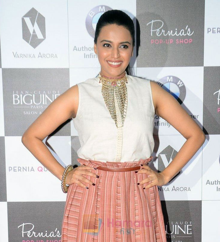 Swara Bhaskar on the red carpet for Perina Qureshi's show on 9th Jne 2016